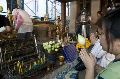 Przy Wat Po- modlitwa ikwiaty lotosu