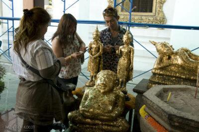 Przy Wat Po- oklejanie Buddy złotymi płatkami