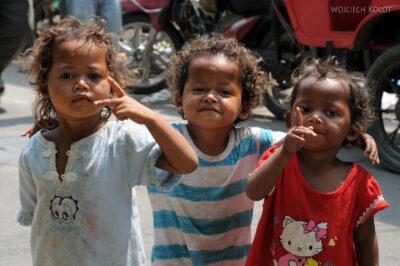 4K1092-Dzieciaki przy hotelu