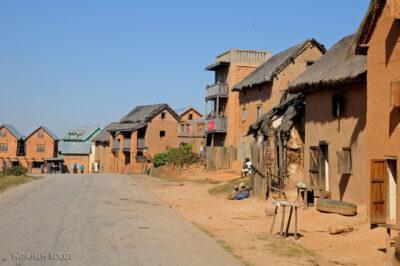 Ma20023-Murowane domy podrodze