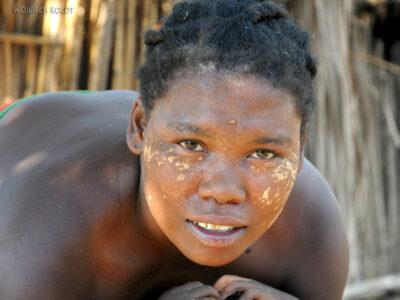 Ma15106-Kobieta zdzieckiem izłotym zębem
