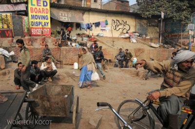 IN02048-Delhi-Przy głównej ulicy
