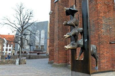BałtF090-Ryga-Pomnik przy Bazylice Św.Piotra