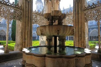 Por16130-Batalha - Klasztor - fontanna nakrużgankach