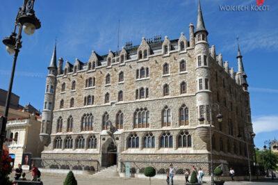 Por20010-Leon - budynek Gaudiego