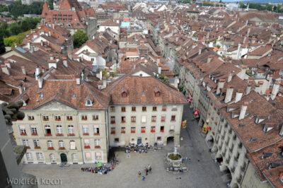 Gen06051-Bern-Katedra - widok zwieży nadziedziniec ifontannę
