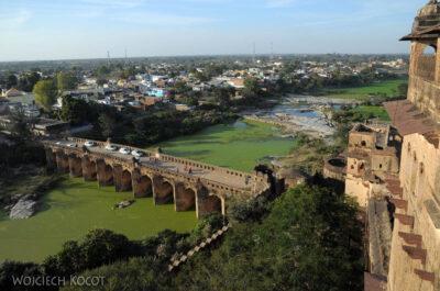 IN05143-Orcha-Raja Mahal (pałac stary) - widok namost irzekę
