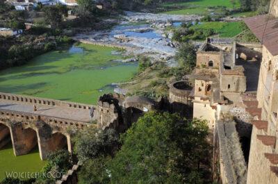 IN05145-Orcha-Raja Mahal (pałac stary) - widok namost irzekę