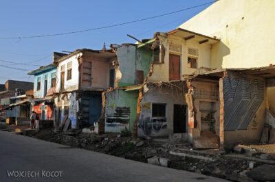 IN06005-Orcha-Przy głównej ulicy