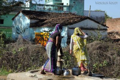 IN06237-Kobiety przy studni