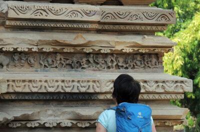 IN07113-Khajuraho-Kwa przy Chitragupta Temple