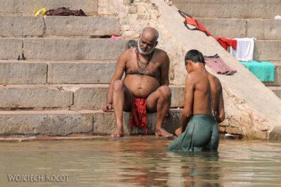 IN08050-Waranasi-kąpiel wGandze