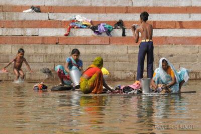IN08051-Waranasi-kąpiel wGandze