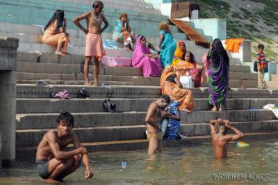 IN08086-Waranasi-kąpiel wGandze