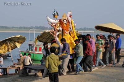 IN08142-Waranasi-Hindusi oddają Boginię Saraswati Gandze