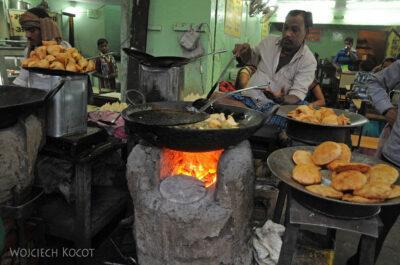 IN08171-Waranasi-uliczne jedzonko
