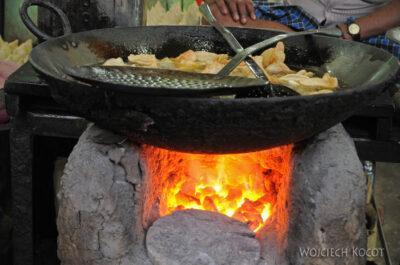 IN08172-Waranasi-uliczne jedzonko