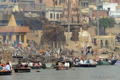 IN09045-Waranasi-widok nagatę kremacyjną