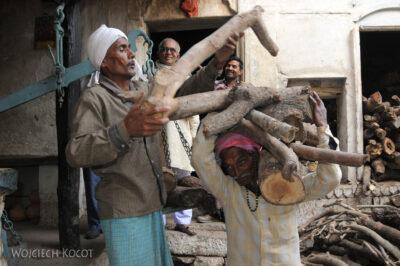 IN09060-Waranasi-składy drewna dokremacji