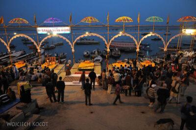 IN09078-Waranasi-ceremonia (Pudja) ku czci Shivy iGangi
