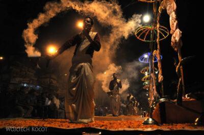 IN09093-Waranasi-ceremonia (Pudja) ku czci Shivy iGangi