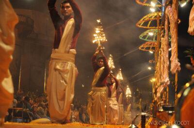 IN09100-Waranasi-ceremonia (Pudja) ku czci Shivy iGangi