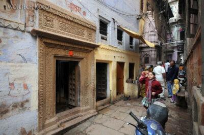 IN10127-Waranasi-na uliczkach miasta