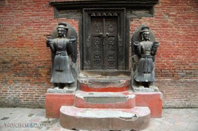 IN14026-Kathmandu-Bhaktapur-przy świątyni Kumari