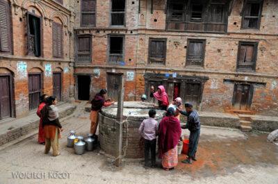 IN14050-Kathmandu-Bhaktapur-przy studni publicznej