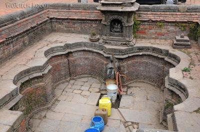 IN14090-Kathmandu-Bhaktapur-przy studni publicznej