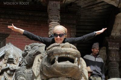 IN14132-Kathmandu-Bhaktapur-Ola przy pagodzie