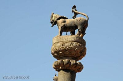 IN14155-Kathmandu-Bhaktapur-statua Garudy