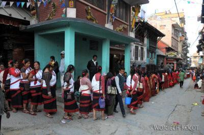 IN14217-Kathmandu-Patan-procesja kobiet zdarami wtradycyjnych strojach ludowych Nawarów