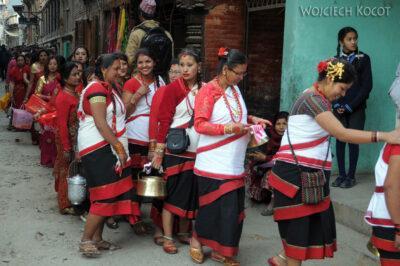 IN14218-Kathmandu-Patan-procesja kobiet zdarami wtradycyjnych strojach ludowych Nawarów