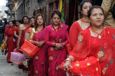 IN14219-Kathmandu-Patan-procesja kobiet zdarami wtradycyjnych strojach ludowych Nawarów
