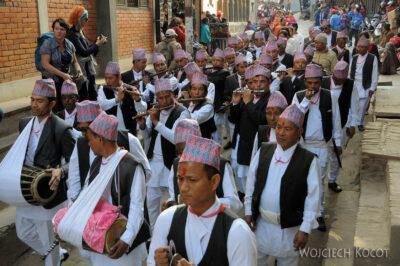 IN14222-Kathmandu-Patan-procesja kobiet zdarami wtradycyjnych strojach ludowych Nawarów