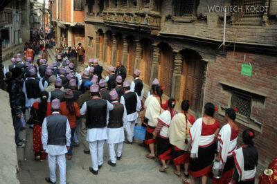 IN14224-Kathmandu-Patan-procesja kobiet zdarami wtradycyjnych strojach ludowych Nawarów