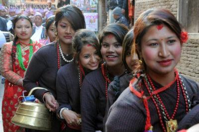 IN14226-Kathmandu-Patan-procesja kobiet zdarami wtradycyjnych strojach ludowych Nawarów