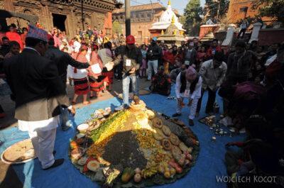 IN14234-Kathmandu-Patan-składanie darów wświątyni
