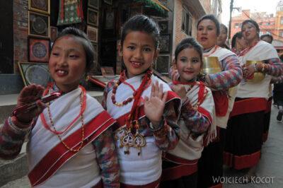 IN14238-Kathmandu-Patan-procesja kobiet zdarami wtradycyjnych strojach ludowych Nawarów