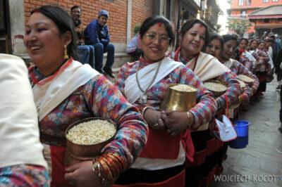 IN14239-Kathmandu-Patan-procesja kobiet zdarami wtradycyjnych strojach ludowych Nawarów