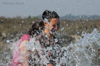 IN16057-Chitwan-kąpiel zasłoniem-Kinga iMirka