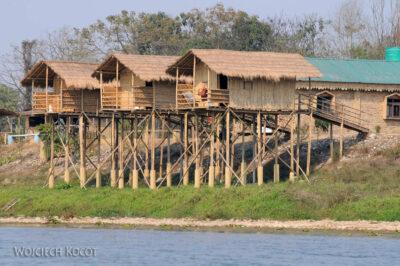 IN16096-Chitwan-zabudowania nadrzeką