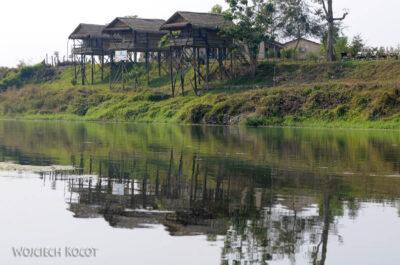IN16107-Chitwan-zabudowania nadrzeką