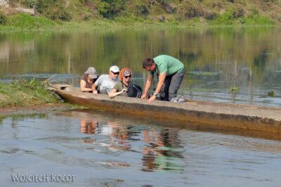 IN16112-Chitwan-rejs dłubanką