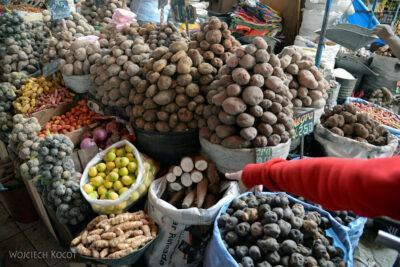 PBe155-Arequipa-na targowisku-różne odmiany ziemniaka