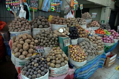 PBe160-Arequipa-na targowisku-różne odmiany ziemniaka