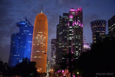 Do265-Doha-Dzielnica wysokosciowców nocą