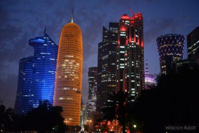 Do266-Doha-Dzielnica wysokosciowców nocą