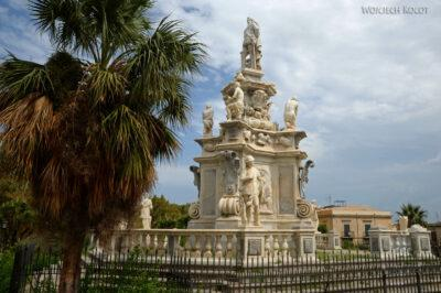 Syi013-Palermo-Pomnik przy pałacu